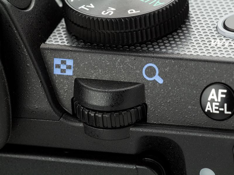 親指で操作する後電子ダイヤル。このクラスでダブル電子ダイヤル式の操作系を持つ一眼レフカメラは少ない。