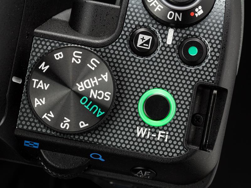上面右手側の操作部。モードダイヤルには「TAv(シャッター&絞り優先AE)」や「Sv(感度優先AE)」など、ペンタックス独自の撮影モードが並んでいる。