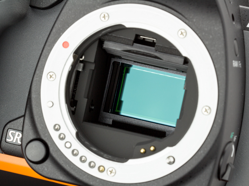 撮像センサーはAPS-Cサイズの有効2,012万画素CMOSセンサー。高い解像感が得られるローパスフィルターレス仕様。センサーシフト式の手ブレ補正機構を内蔵している。