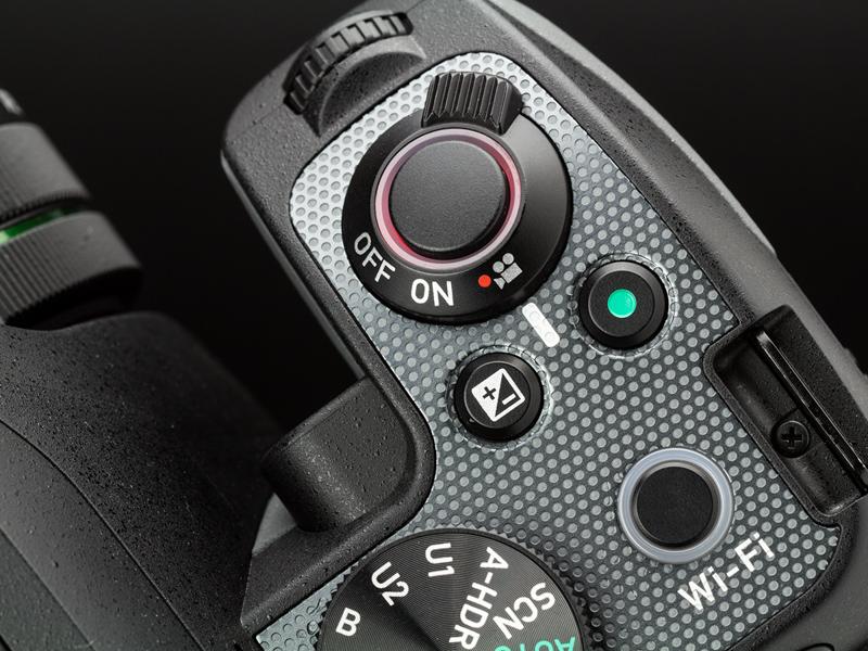 シャッターボタン外周にLEDを内蔵しており、静止画モード時は緑色、動画モード時は赤色に点灯する。