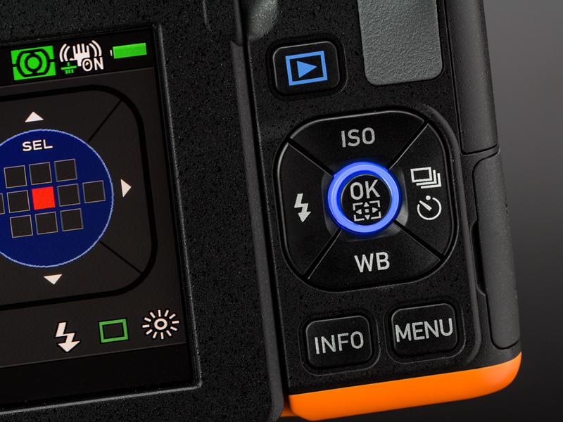 背面のOKボタンにもLEDが内蔵されている。