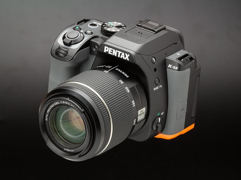 ダブルズームキットに同梱されるDA L 50-200mm F4-5.6 ED WRを装着した状態。