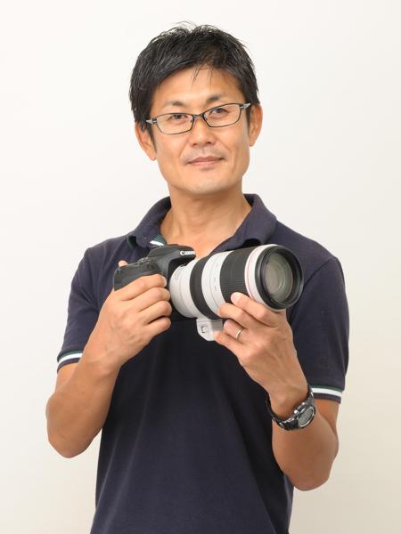 黒澤英介さん。1970年11月20日宮城県仙台市生まれ、幼少の頃T-2ブルーインパルスと出会い、写真撮影を始める。プロカメラマンを目指し、写真専門学校に入学、卒業と同時に出版社、制作部に就職、主に車の撮影、レース取材、スタジオ撮影を行なう。この頃から、本格的に航空写真撮影を始め、1993年に初めてT-2ブルーインパルスの作品が航空雑誌に掲載される。1999年から航空界をフィールドとするフリーカメラマンとして活動を開始。ブルーインパルス公式パンフレットの撮影担当を始め、航空専門誌や航空カレンダーの制作なども行っている。2012年には写真集「ブルーインパルス・黒澤英介写真集」を発表、翌年には、震災後、ホームに帰還するまでの記録写真集「新しい時代へ Blue Impulse」を発表。著作に「ブルーインパルス完全ガイド」も。ブルー作品の第一人者。
