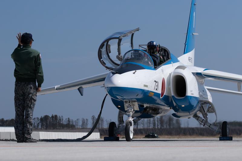 整備員との連携でエンジンがスタートする。このとき、機体のアップばかりを狙わずに、人の動きを表現することも大切だ<br>キヤノン EOS 7D Mark II/ EF100-400mm F4.5-5.6L IS II USM /100mm(160mm相当) / 絞り優先AE(F8、1/1,600秒、±0EV) / ISO 200