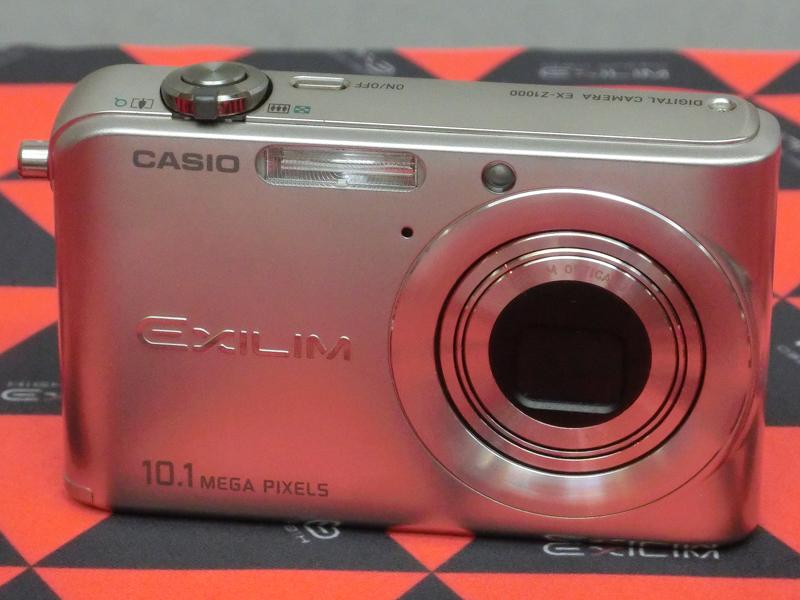 EXILIM EX-ZR1000(2006年発売)。業界初の1,000万画素モデル。「当時800万画素で十分と言われていたが、敢えて1,000万画素にしてヒットさせた」(中山氏)