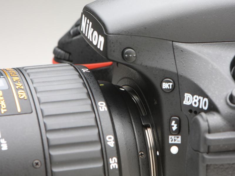 マウント部と鏡筒の直径の違いは写真のとおり大きい。最大径89.6mm、フィルター径82mmとする