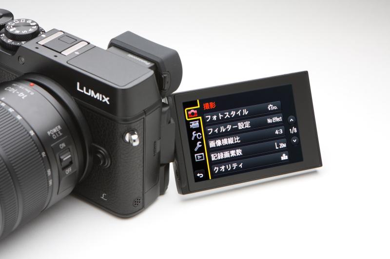液晶モニターは、新たにバリアングルタイプとする。縦位置撮影でのロー&ハイアングル撮影も可能とする。液晶モニターは3型104万ドット。タッチ操作にも対応。