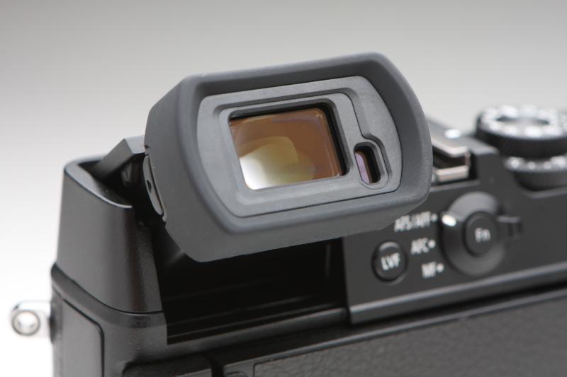 EVFには、236万ドットの0.5型有機ELを採用。ファインダー光学系には非球面レンズを採用しており、画面の隅々まで鮮明だ。ファインダー倍率が0.77倍と0.7倍から選ぶことができるのも便利。