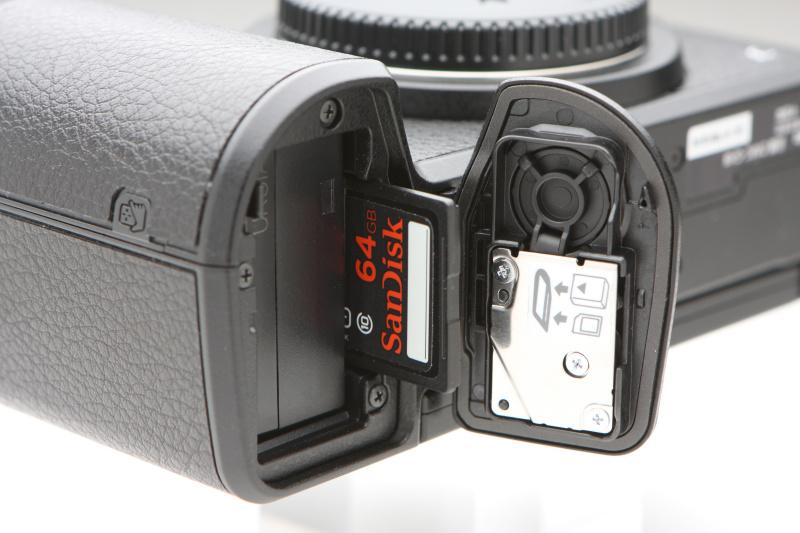 記録媒体はSDXC/SDHC/SDカード。UHS-I(ウルトラハイスピード)に対応する。
