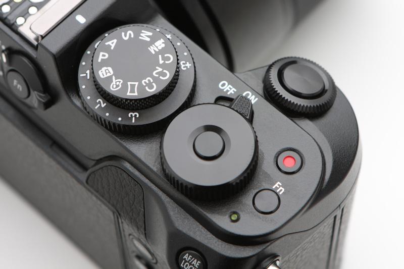 左上は2段となった露出補正ダイヤルとモードダイヤル、右下は後ダイヤルで、その中央はファンクションボタン。露出補正ダイヤルと後ダイヤルは操作しやすく感じられる。