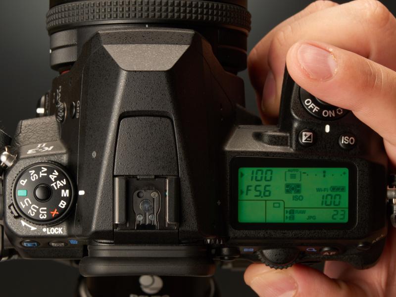 そこでグリーンボタンをワンプッシュすると、瞬時にF5.6・1/100秒にセットされ、適正露出になる。