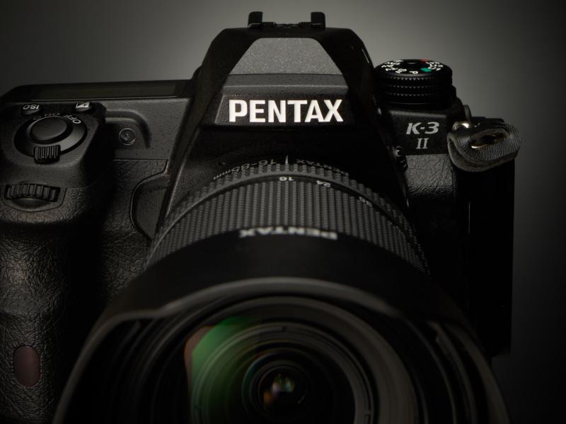 PENTAXのブランドネームは、一眼レフの魂である「ペンタプリズム」を象徴する。