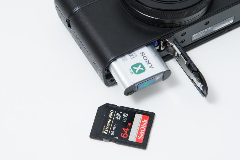 バッテリー室にメモリーカードスロットも併設。バッテリーは液晶モニター使用時で、約280枚の撮影が可能。SDカードは、4K動画の100Mbpsで撮影する場合は、高速なU3対応カードを使用する。