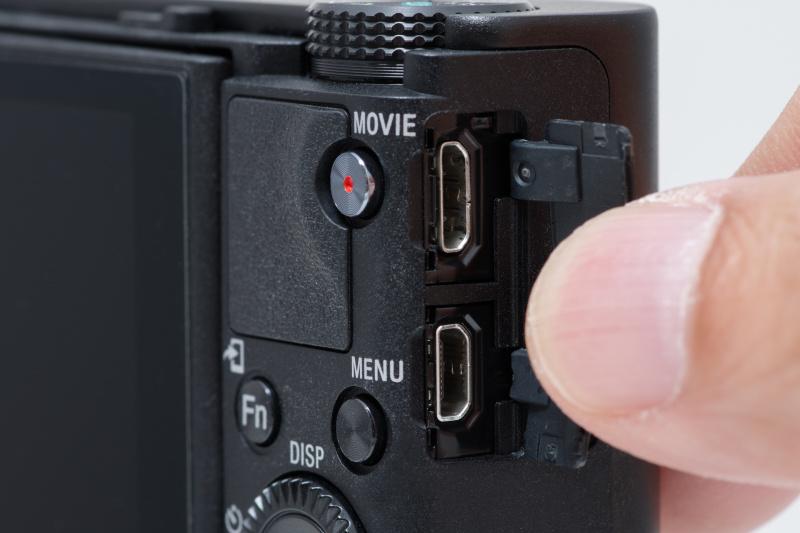 右側面には端子を備える。上がmicro USB端子、下がHDMI端子だ。