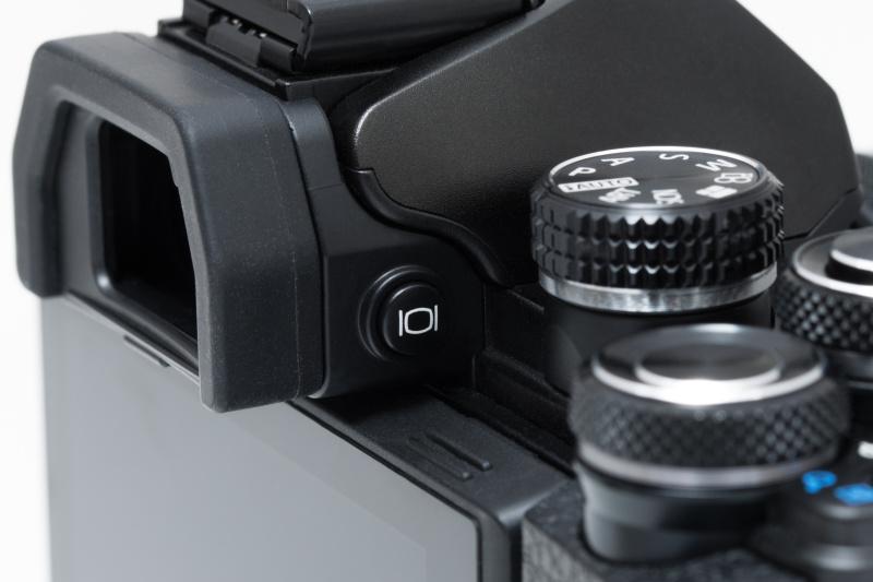 背面モニターのライブビューのオンとオフは、EVF横のボタンで切り替える。