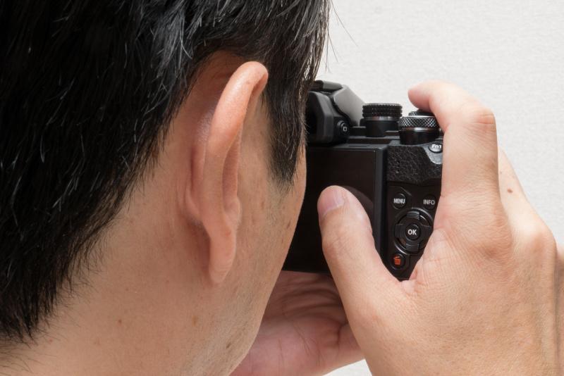 AFターゲットパッドは、ファインダーを覗いたまま測距点を変更できてとても便利。ただファインダーを右目で覗く人は使いやすいが、左目で覗く人は鼻が邪魔になり、実用的とはいえない。