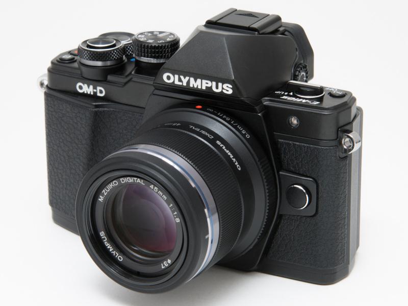 M.ZUIKO DIGITAL 45mm F1.8を装着。小柄な中望遠レンズで、E-M10 Mark IIとのバランスもいい。ポートレートだけでなく、スナップにも使いたい。
