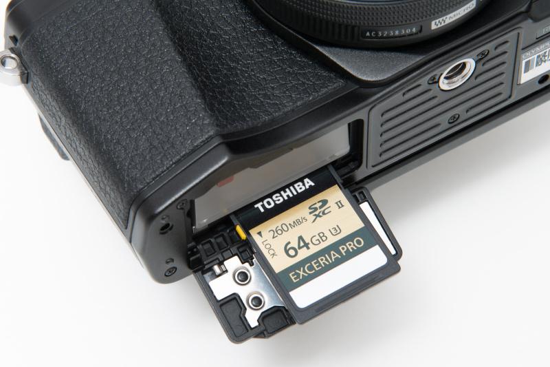 メモリーカードはバッテリー室と同じ場所にスロットを持つ。SDカードはUHS-II規格に対応している。