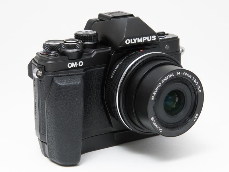 別売のECG-3カメラグリップを装着。とても握りやすくなる。望遠ズームや大口径レンズを使用する人、さらに手が大きい人にはイチオシのアクセサリーだ。