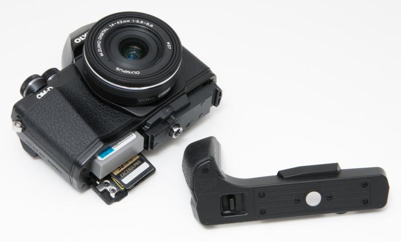 ECG-3カメラグリップはワンタッチで底面が外れて、バッテリーやSDカードの出し入れがスピーディーに行える。