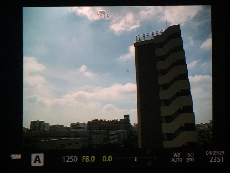 参考:OVFシミュレーションをオン。空の階調が広がったのがわかるだろう。画面上には「S-OVF」のマークが表示される。