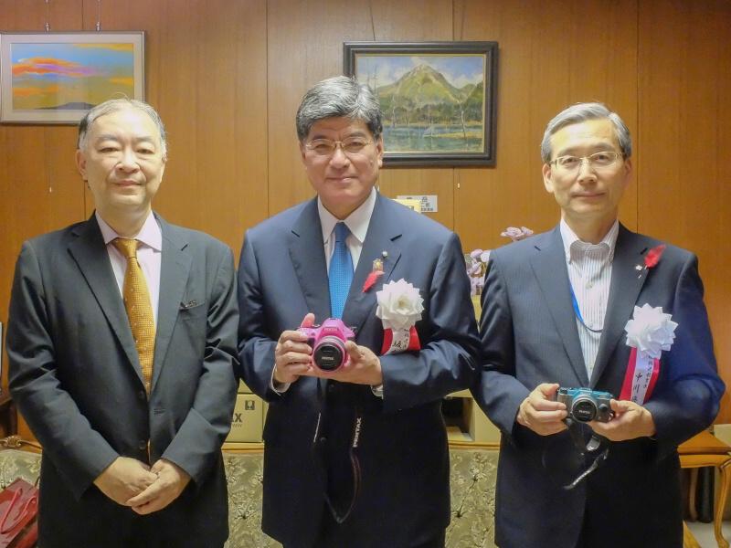 左からリコーイメージングの赤羽昇氏、板橋区長の坂本健氏、板橋区教育委員会教育長の中川修一氏