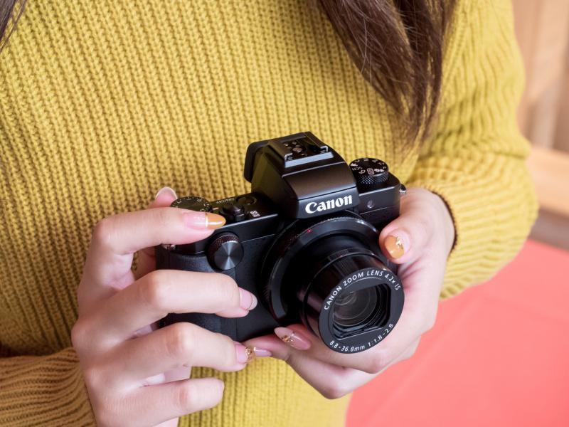 一眼レフだとすこし手にあまるという女性の手にもちょうど良いサイズ。それでいて本格的なカメラスタイルなので、見た目にもちょっとこだわりたいユーザーにもお勧めできる