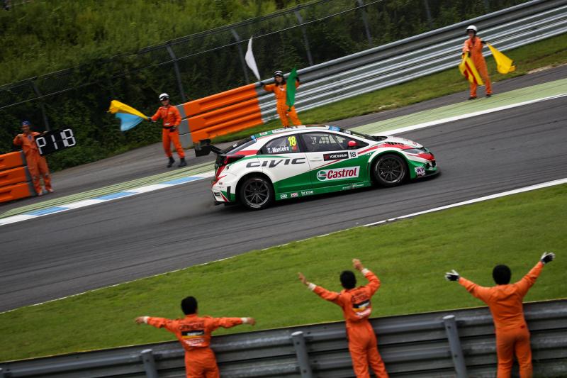take.k39さん レース2優勝者モンテイロ選手のウイニングランを迎えるマーシャル達とガッツポーズする瞬間の選手を撮影