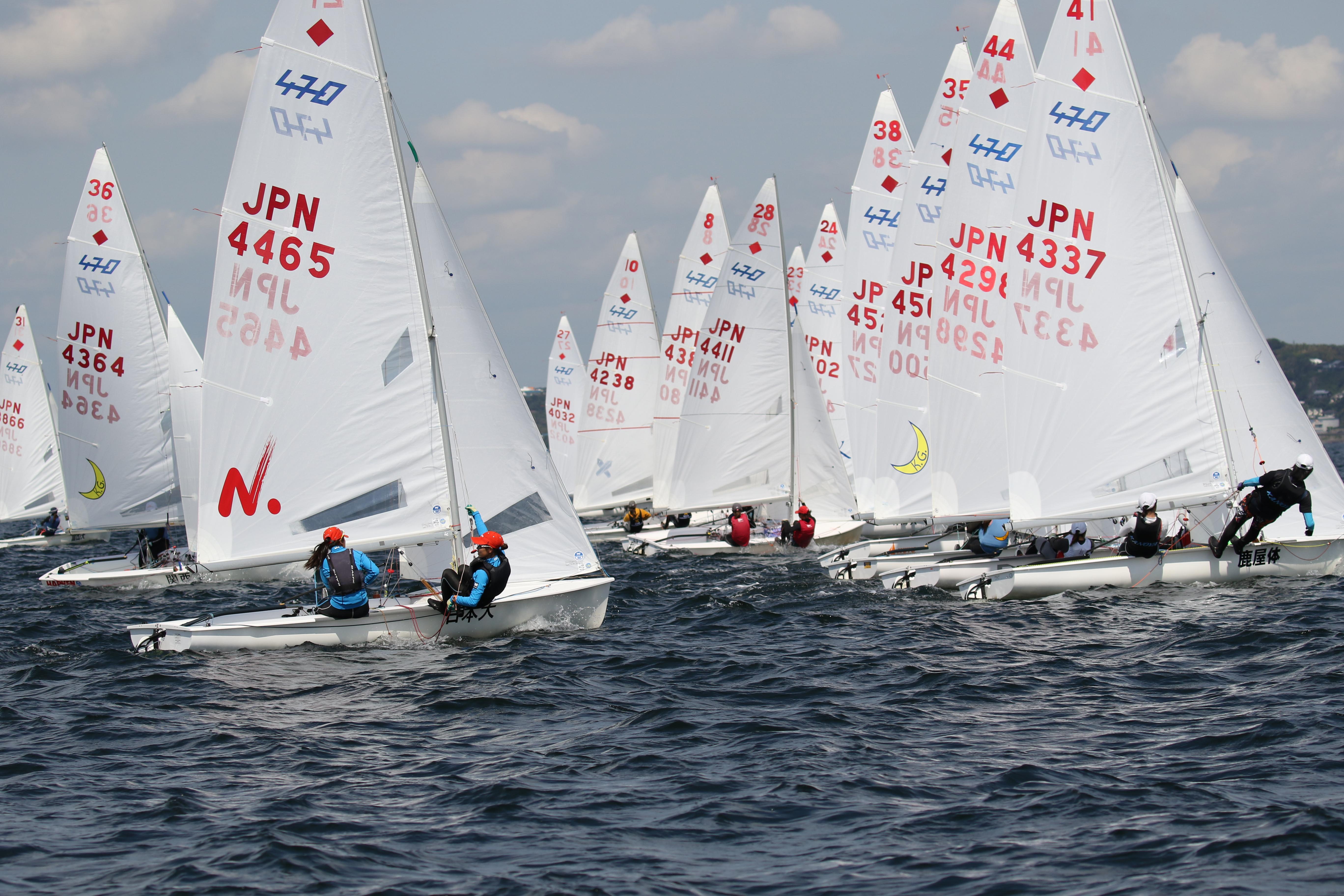9月下旬、神奈川県葉山港沖で開催された全日本学生女子ヨット選手権大会(通称女子インカレ)。80艇近くのディンギー(小型ヨット)が葉山の海を縦横に走り回り、熱戦を繰り広げた。<br>キヤノン EOS 7D Mark II / EF100-400mm F4.5-5.6L IS II USM / 100mm(160mm相当) / マニュアル露出(F5.6、1/2,500秒) / ISO 200