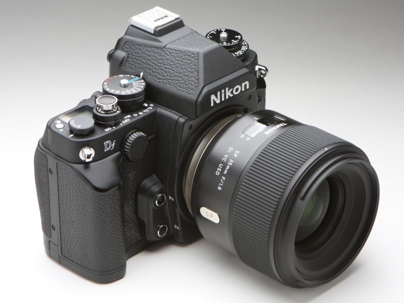 ニコンDfにSP 35mm F/1.8 Di VC USDを装着したところ。D810に装着したとき以上にレンズが大きく見えるものの、デザイン的な違和感は少ないように思える