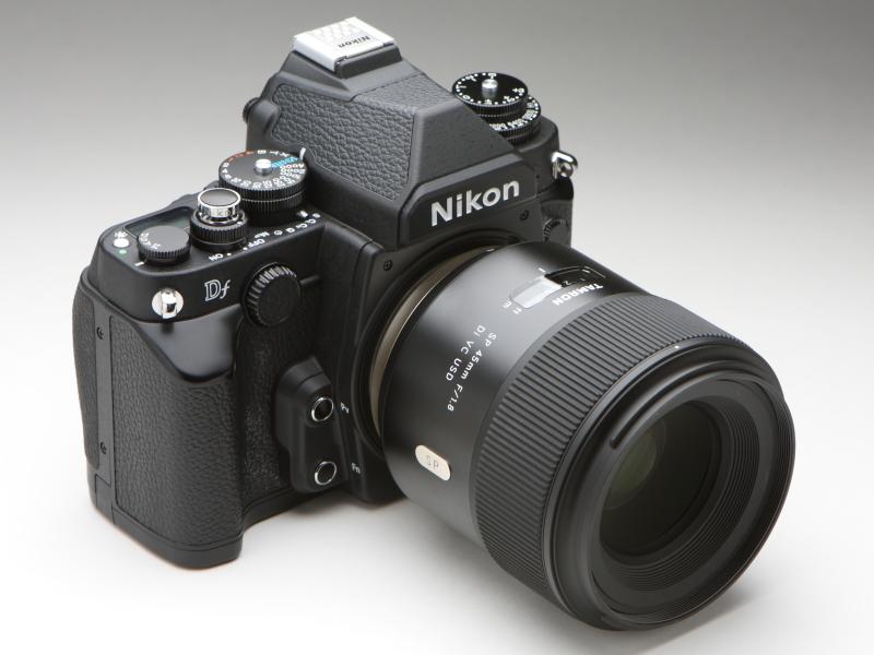 ニコンDfにSP 45mm F/1.8 Di VC USDを装着してみた。同レンズが中望遠レンズのように見える。デザイテイストの違いによる違和感はさほどない