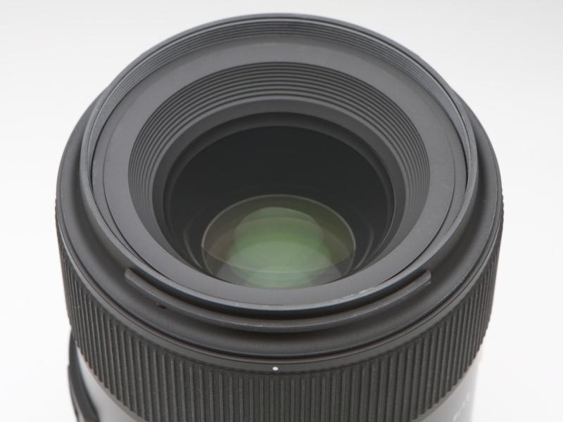 レンズ構成は8群10枚。そのなかには2枚のガラスモールド非球面レンズ、1枚の異常低分散レンズが含まれる。フィルター径は67mm