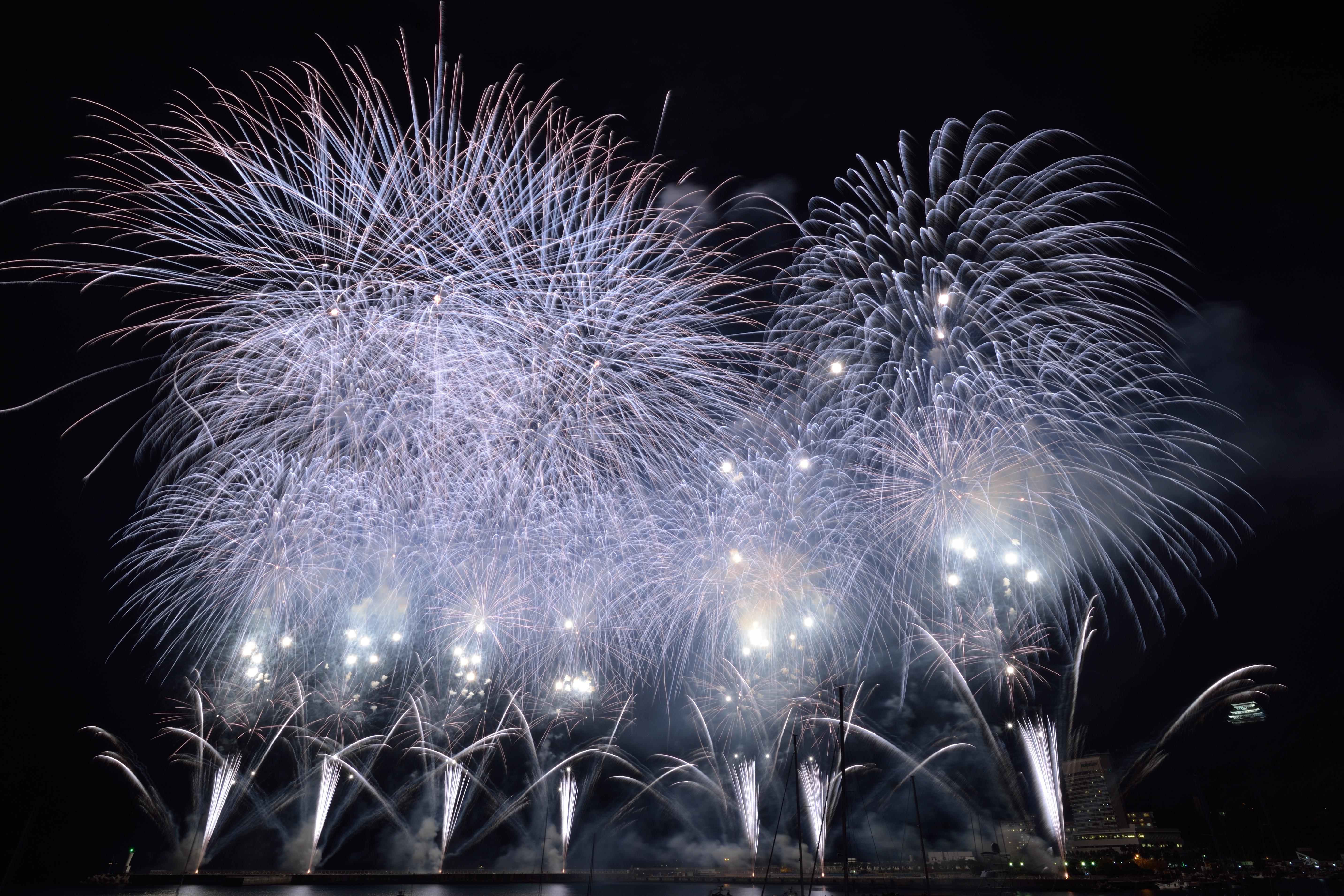 """銀冠菊花火と花雷。どちらも明るい花火だ。特に花雷は明るすぎて露出オーバーになり白い点々になってしまう。熱海ではエンディングでこの組み合わせで打ち上がる。(2015年12月6日:静岡県熱海海上花火大会)<br><span class=""""fnt-85"""">D600・AF-S NIKKOR 18-35mm F3.5-4.5G ED・マニュアル露出・ISO100・F19・35.5秒・3,030K・ND4フィルター</span>"""
