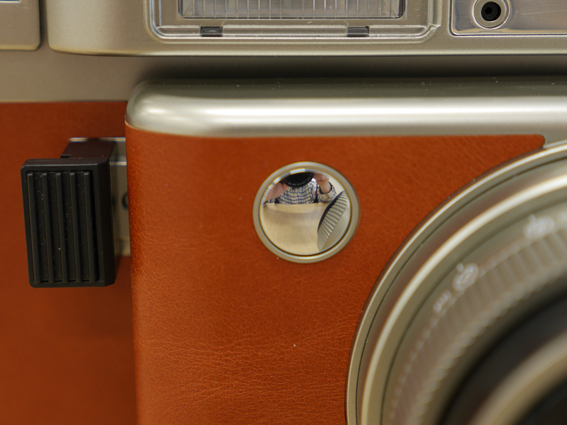 自分撮り用のミラー付き。ちなみに、その隣の黒い部分がシャッターボタンです