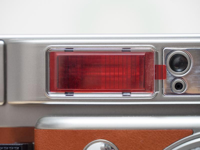 カラーフィルターはストロボ部分に差し込むだけでセットできます