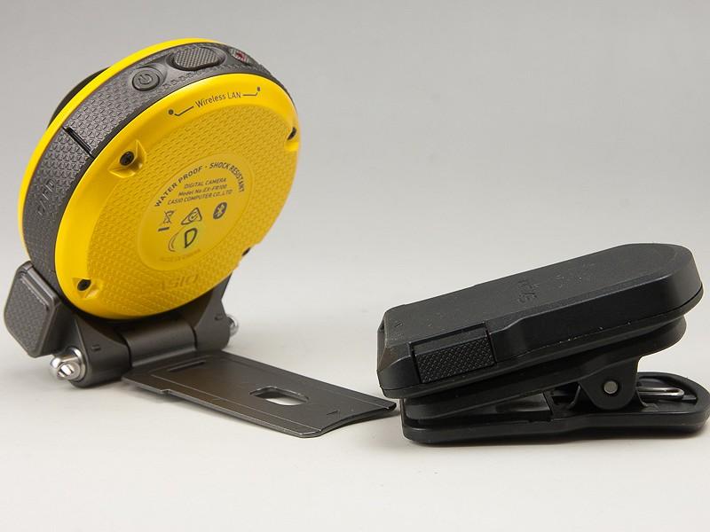 クリップタイプのオプション。ヒンジユニットを差し込んで、例えばポケットやバッグなどに装着できる