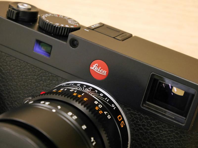 Typ240との細かな違いとして、赤ロゴがライカM9までの小ぶりなものになっている