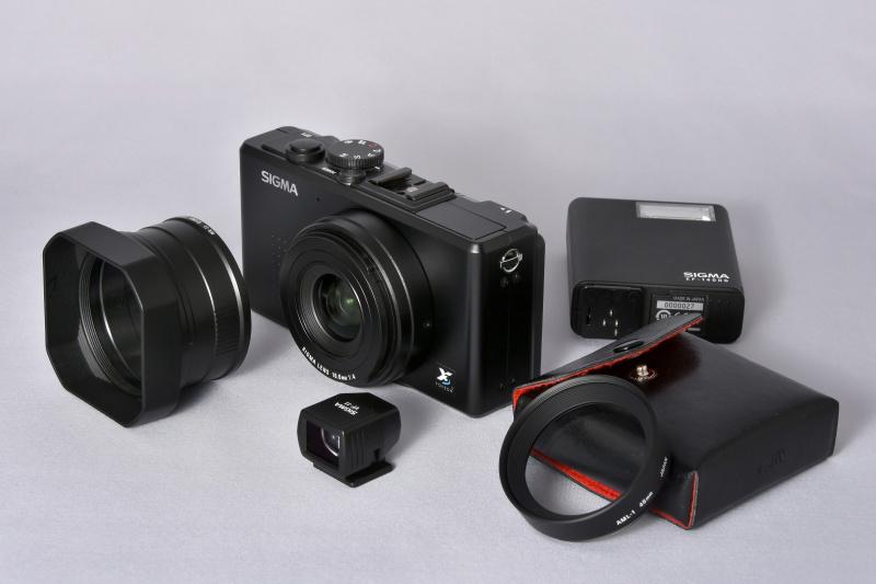 「シグマ DP1」と、アクセサリー群。フードアダプターHA-11+レンズフード、ビューファインダーVF-11、エレクトロニックフラッシュEF-140DG、クローズアップレンズAML-1。