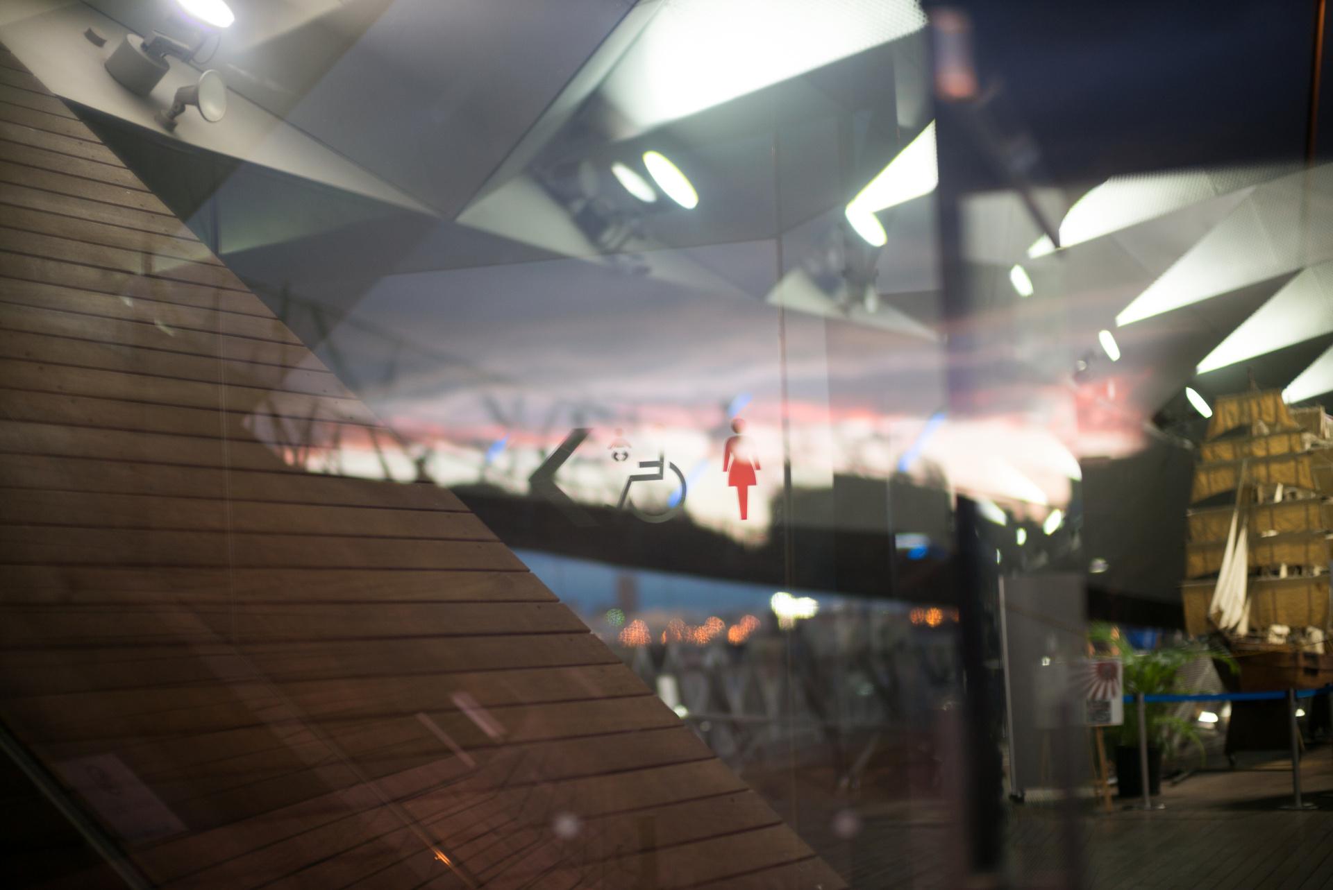 ガラスの反射と透過のマルチプルイメージも超大口径だと遠近感が増幅される。LEICA M(Typ240)/ ISO400 / F0.95 / 1/180秒 / WB:オート
