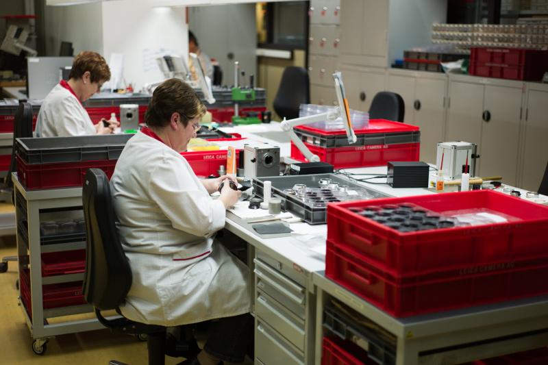 NOCTILUXを作っているところ。製造はほとんど手作業で、これじゃ高くなるのもある意味納得。写真はヘリコイドの調整工程。フォーカスリングの回転するトルク感は熟練した人間の感覚で調整される。これは2010年撮影なのでゾルムスにあった旧ライカ本社だが、今はウェッツラーの、もっと近代的なライカ本社で作られている。