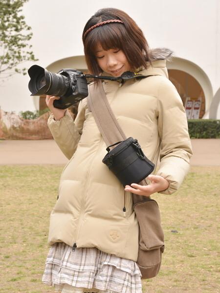 ショルダーバッグにつけてみたところ。ストラップを取外せるタイプのカメラバッグであれば、普段の機材にレンズをプラス1本という場合にもオススメ