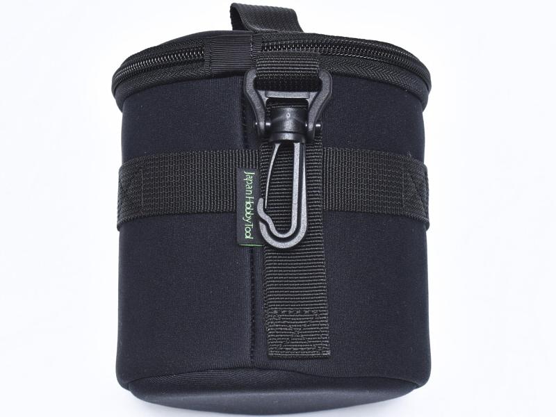 フックが付いているので素早く付け外しも可能だが、ベルトほど太いものだと通しづらいためバッグのD環やジーンズのベルトループなどに取り付ける際に使用すると良いだろう