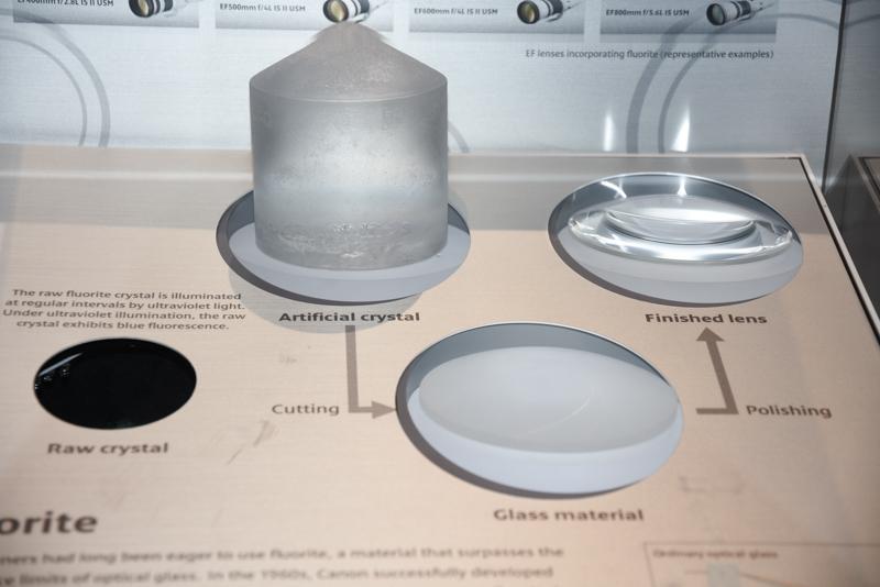 光学技術の展示では、写真の蛍石や非球面レンズなどをアピール。