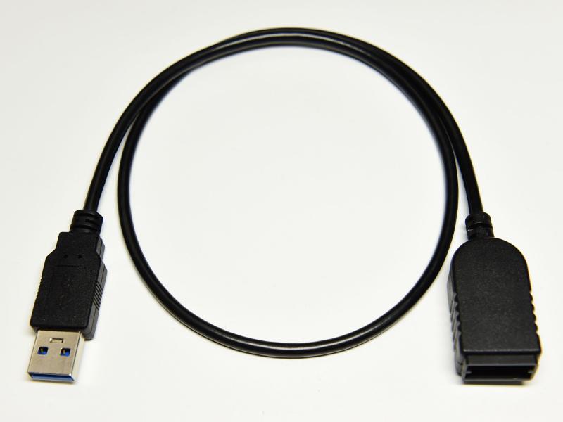 アダプターはUSB端子に直接接続するタイプ。延長ケーブルも同梱する