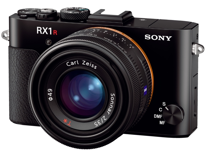 """<strong class="""""""">RX1R II</strong><br class="""""""">イメージセンサー:35mmフルサイズ、有効約4,240万画素/開放F値:F2/背面液晶モニター:3型約123万ドットTFT/EVF:0.39型約236万ドット/測距点:399点(像面位相差AF)+25点(コントラストAF)/ISO感度:100-25600(拡張でISO 50まで減感、ISO 102400まで増感)/Wi-Fi:搭載/大きさ:約113.3(W)× 65.4(H)× 72(D)mm/重さ:約507g(バッテリー、メモリーカード含む)"""