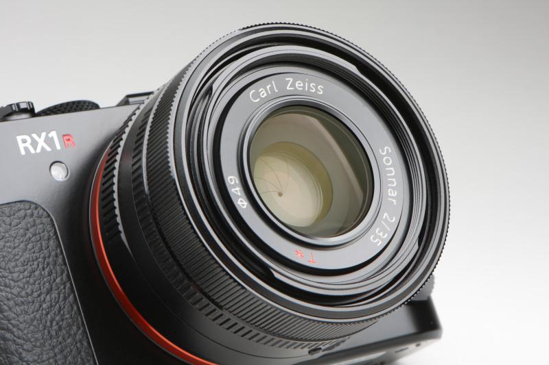 レンズも先代モデルと同じで、カールツァイスSonnar T* 35mm F2を搭載。絞り開放時の最高シャッター速度は1/2,000秒(F5.6以上に絞ると最高1/4,000秒)になるため、NDフィルター機能が欲しいところ。