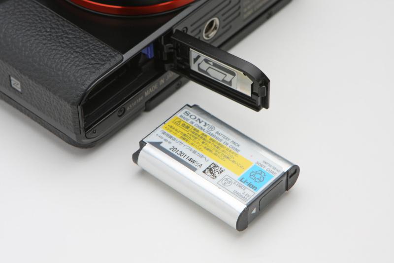 バッテリーも従来と同じNP-BX1を使用。カメラに対し小ぶりに感じられるが、意外に持ちはよく、液晶モニター使用時は約220枚(CIPA準拠)の静止画撮影を可能としている。