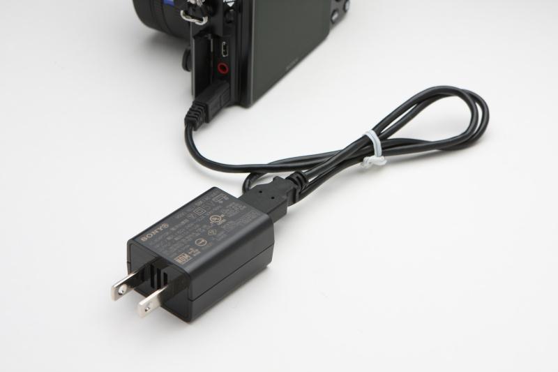 USB充電に対応しているため、USBケーブルとUSB-ACアダプターが同梱される。単体のバッテリーチャージャーも同梱されるとなお嬉しいのだが。