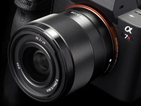 FE 28mm F2 今回はα7R IIで試用した。発売は2015年4月。実勢価格は税込5万2,380円前後
