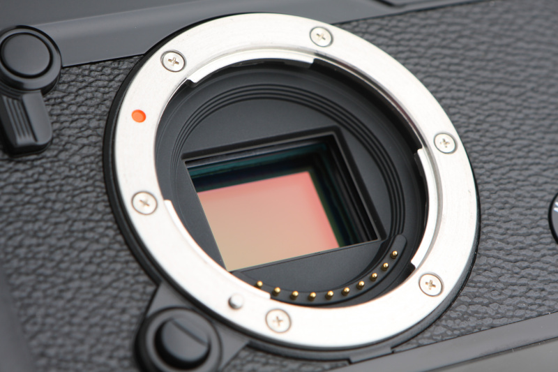 撮像素子には新開発のAPS-Cサイズ・有効2,430万画素のX-Trans CMOS IIIセンサーを搭載する。独自のカラーフィルター配列で、光学ローパスフィルターレス構造としている。